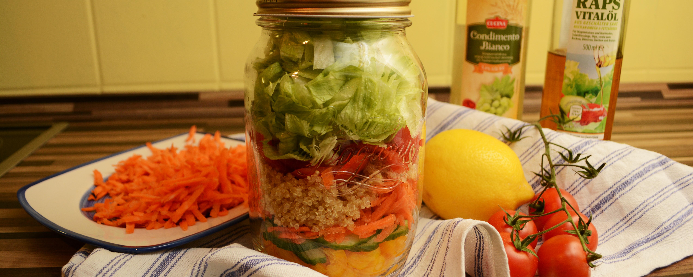 Perfekt zum Mitnehmen! Salad in a jar. Ihr schichtet eure Zutaten einfach.