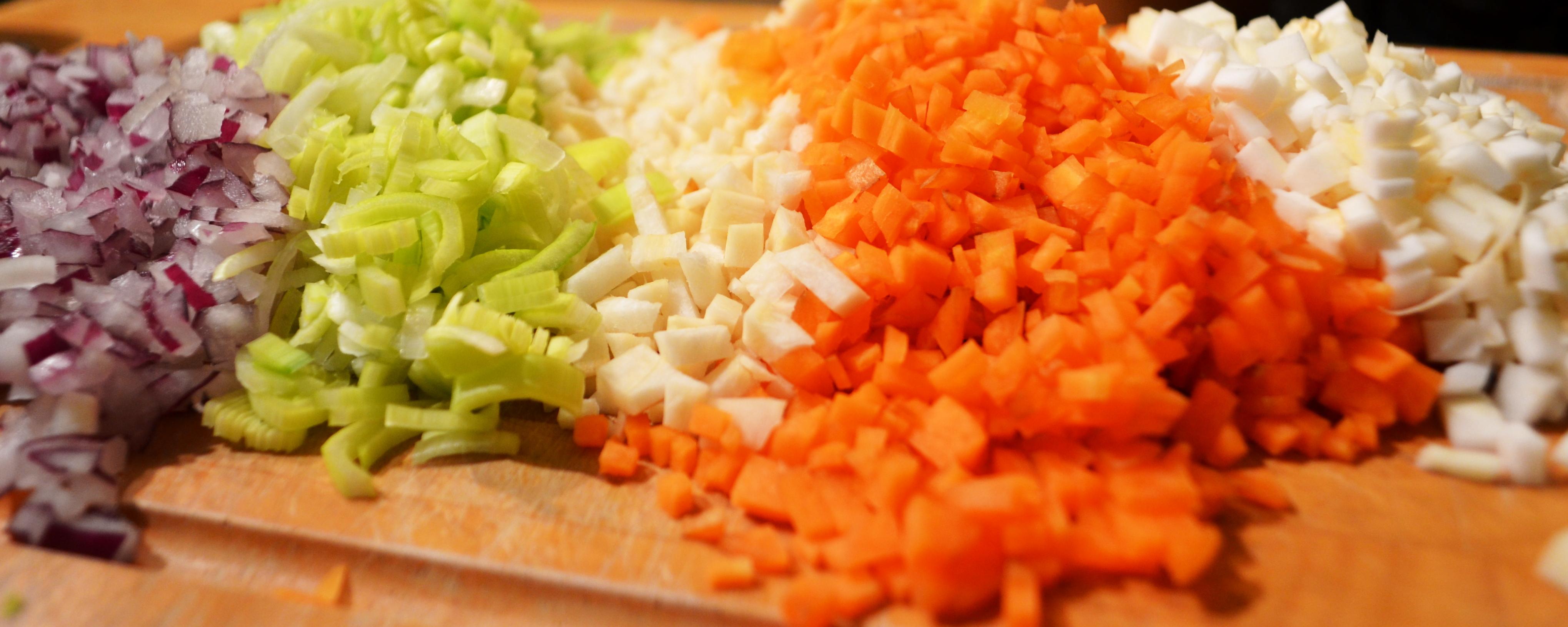 Ihr müsst das Gemüse in ganz feine Würfel schneiden.