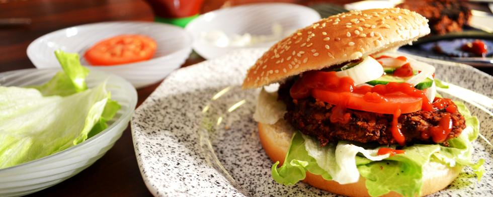 Hamburger mit veganer Frikadelle lesen