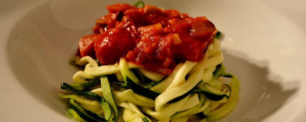 Zucchini-Spaghetti mit pikanter Tomatensauce