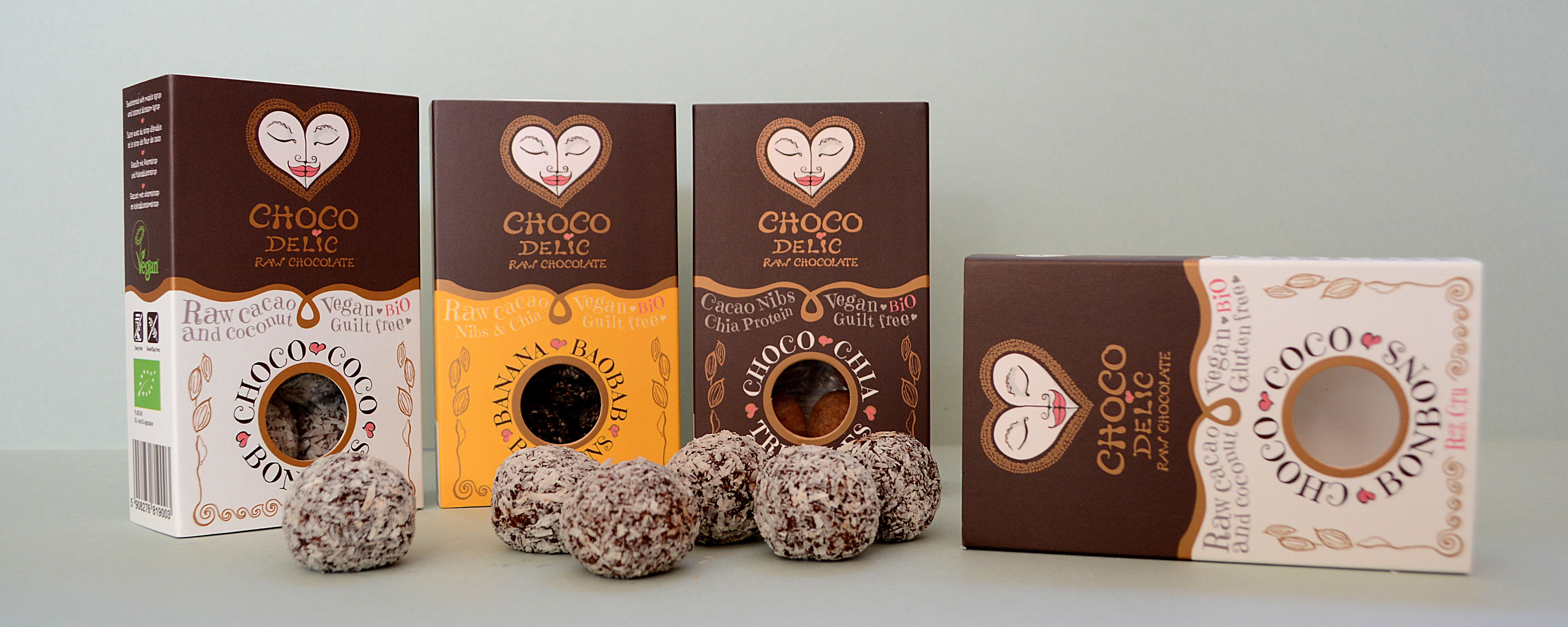 Die drei Sorten im Überblick - Choco Coco, Banana Baobab und Choco Chia. Im Vordergrund liegen die Kokos-Bonbons.