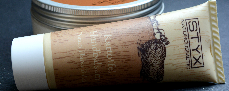 Die Kartoffel-Handcreme riecht weniger nach Kartoffeln, sondern eher nach Vanille, finden wir.