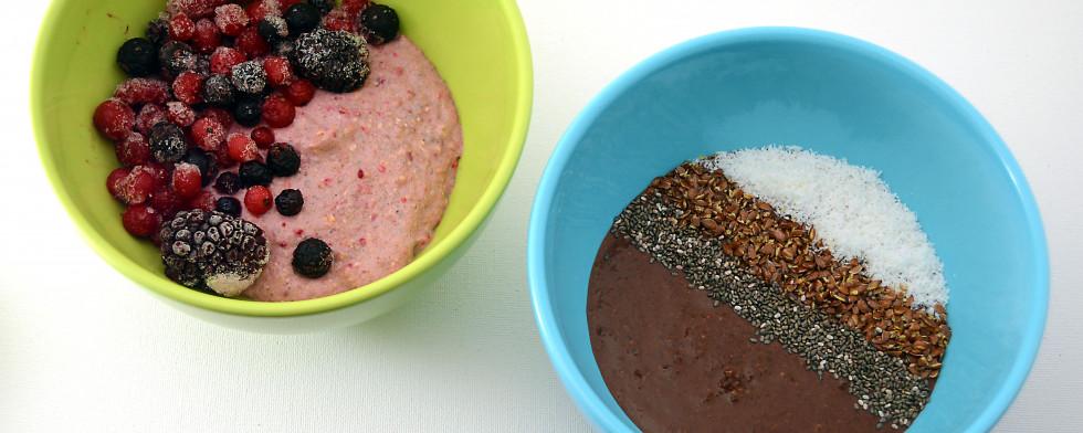 Zubereitet schmecken die Bowls genauso lecker wie sie aussehen. Links seht ihr Alice im Beerenland, rechts Kakaogeflüster.
