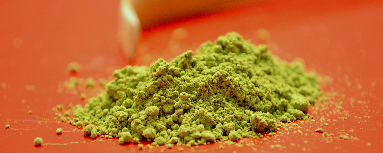 Matcha ist ein extrem fein gemahlenes leuchtend grünes Tee-Pulver.