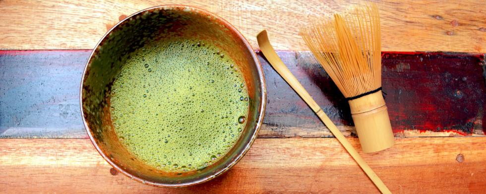 Traditionell wird Matcha mit einem Bambusbesen in einer Matcha-Schale zubereitet. Der Bambusspatel gehört ebenfalls zur Grundausstattung und dient der Portionierung. Zwei gehäufte Bambusspatel entsprechen einer Schale Tee.