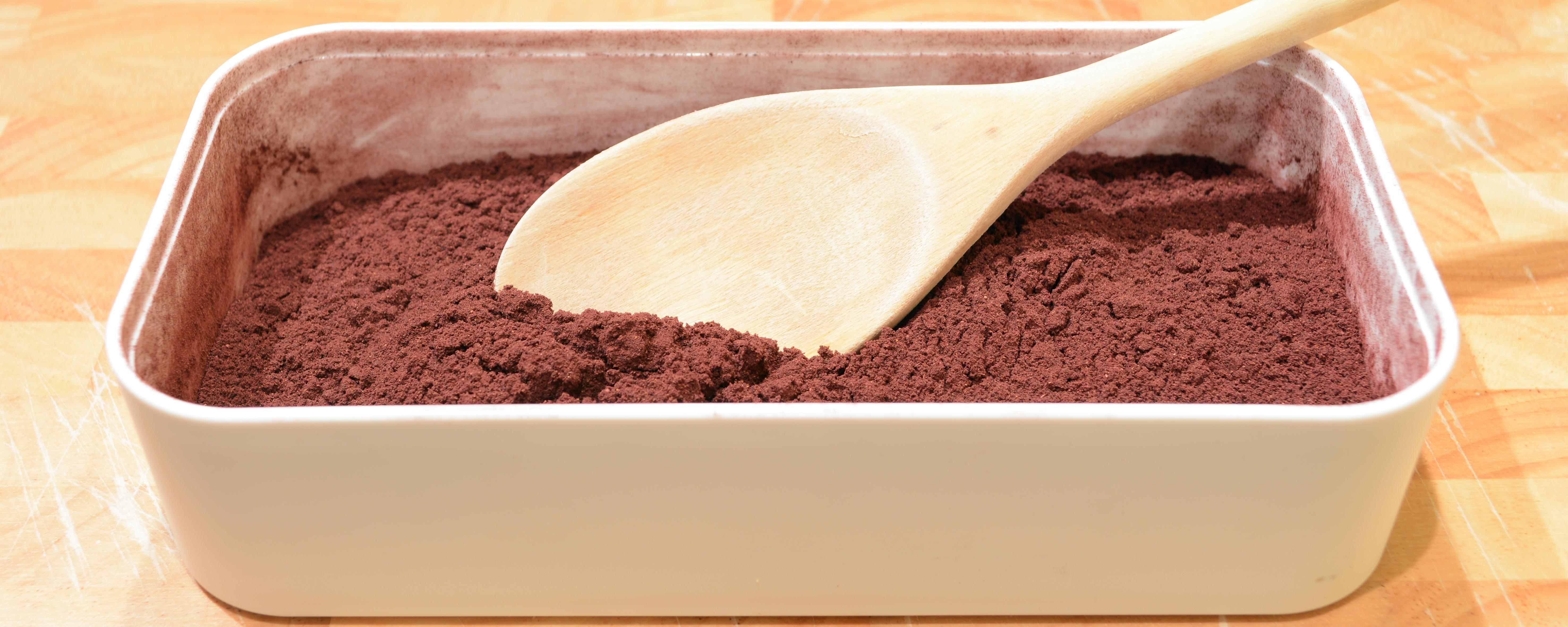 Aronia-Beeren gibt es in verschiedenen Formen zu kaufen. Hier seht ihr ein Bild von schonend getrockneten und gemahlenen Bio-Aronia-Beeren. Dieses Pulver ist ideal für als Zutat für fruchtige Smoothies geeignet.